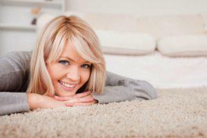 Девушка на чистом ковре