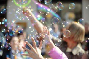 Детские руки и пузыри
