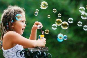 Девочка и много пузырей