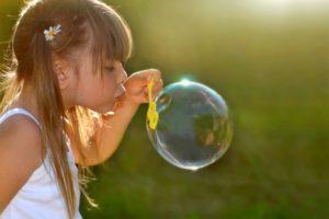 Девочка с мыльным шаром
