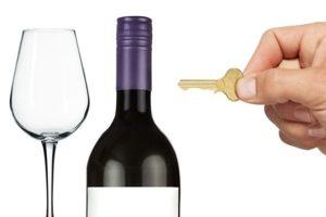Бутылка вина и ключ