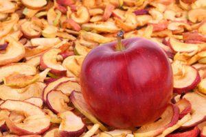 Свежее яблоко и сушеное
