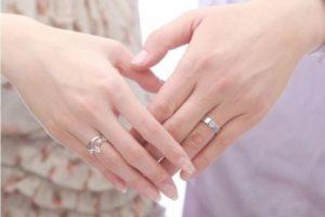 Женские руки в кольцах