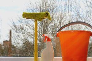 Ведро и средства для мытья окон
