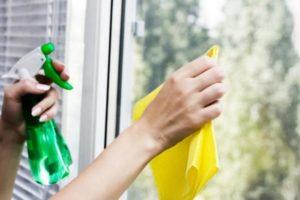 Отмывание стекол тряпкой