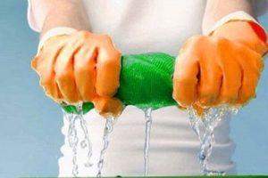 Выжимание тряпки от воды