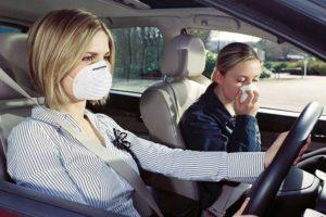 Женщины в машине с запахом бензина