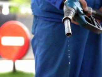 Бензин капает с пистолета