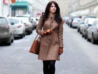 Женщина в пальто на улице
