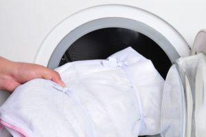 Свернутый тюль для стиральной машины