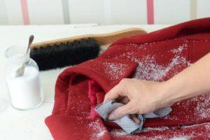 Ручная стирка красного пальто