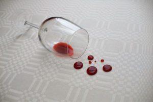 Опрокинутый бокал с вином