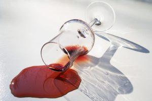 Пролитое на скатерть красное вино