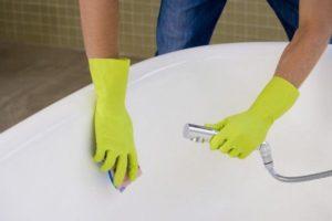 Мытье ванны в перчатках губкой