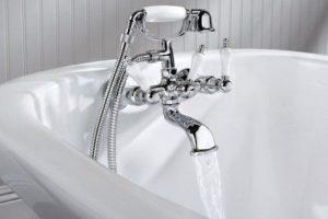 Кран с водой в ванной