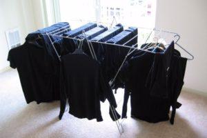 Черные вещи на вешалках