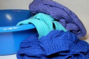 Синие шерстяные вещи в тазике