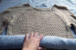 Заворачивание шерстяной вещи в полотенце