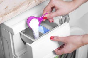 Добавление порошка в стиральну машину