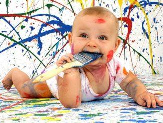 Ребенок измазанный красками