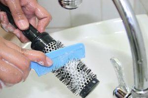 Мытье расчески под водой