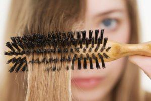 Расчесывание волос круглой щеткой