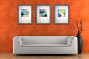 Три картины висят над диваном
