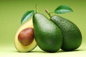 Авокадо целый и в разрезе