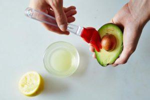Смазывание авокадо лимонным соком