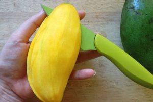 Чистим манго как яблоко