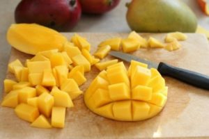Очистить манго в виде кубиков