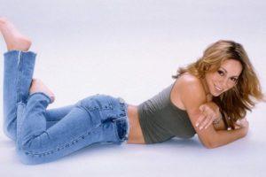 Девушка в джинсах лежит на полу
