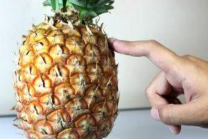 Проверяем твердость ананаса