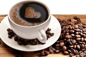 Кофе в зернах и в чашке