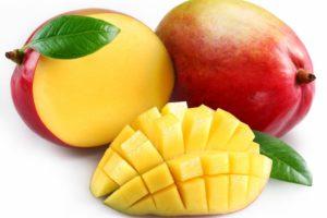 Спелый и очищенный манго