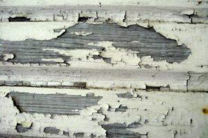 Старый слой краски на досках