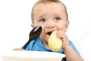 Ребенок ест картошку