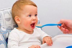 Ребенок ест гречку