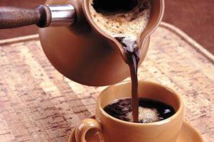 Наливают кофе из турки