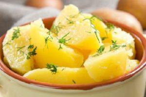 Вареный кусочками картофель
