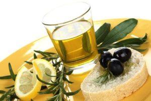 Оливковое масло в стакане