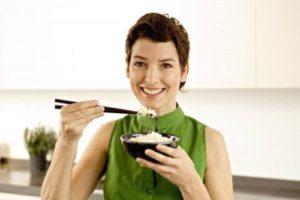 Девушка ест рис