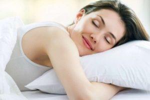 Спящая девушка с подушкой