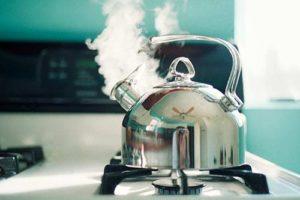 Кипящая вода в чайнике