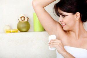 Девшука мажет подмышки дезодорантом