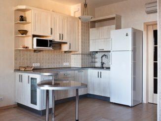 Кухня с холодильником возле двери
