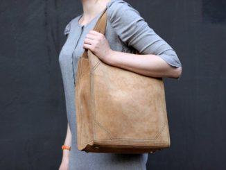 Замшевая сумка на плече у женщины