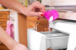 Насыпание порошка в стиральную машину