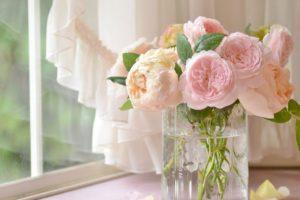 Увядшие цветы в банке
