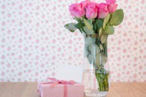 Розовые розы в вазе